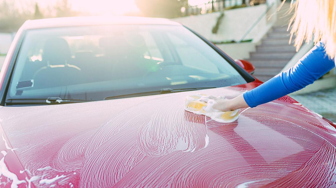 nettoyer une carrosserie de voiture